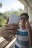 Adolescente que toma un selfie Imagen de archivo libre de regalías