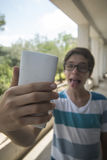 Adolescente que toma un selfie Fotos de archivo