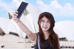 Adolescente que toma un selfie Foto de archivo