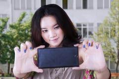 Adolescente que toma un selfie al aire libre Fotografía de archivo libre de regalías