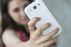 Adolescente que toma un selfie con su teléfono Imagen de archivo