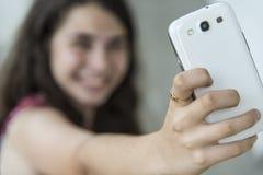 Adolescente que toma un selfie con su teléfono Fotos de archivo