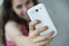 Adolescente que toma un selfie con su teléfono Foto de archivo