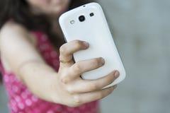 Adolescente que toma un selfie con su teléfono Foto de archivo libre de regalías