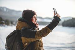 Adolescente que toma un selfie en smartphone, al aire libre Imagen de archivo libre de regalías