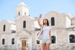 Adolescente que toma un selfie en vacaciones Foto de archivo libre de regalías