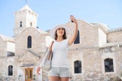 Adolescente que toma un selfie en vacaciones Fotos de archivo libres de regalías
