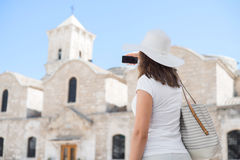 Adolescente que toma un selfie en vacaciones Imagen de archivo