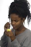 Adolescente que toma un yogur Fotos de archivo libres de regalías