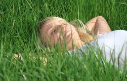 Adolescente que toma una siesta en prado Imagen de archivo