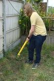 Adolescente que trabaja con el condensador de ajuste del jardín Foto de archivo libre de regalías