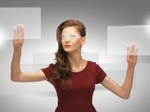 Adolescente que trabaja con la pantalla virtual Fotos de archivo libres de regalías