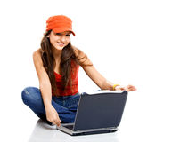 Adolescente que trabaja con una computadora portátil Fotos de archivo libres de regalías