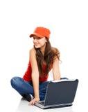 Adolescente que trabaja con una computadora portátil Imagen de archivo libre de regalías