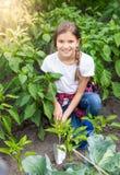 Adolescente que trabaja en el jardín con la pala de mano Imagen de archivo