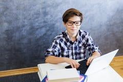 Adolescente que trabaja en el ordenador portátil en casa Fotos de archivo libres de regalías