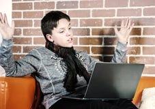 Adolescente que trabaja en el ordenador portátil Concentración y calma Imágenes de archivo libres de regalías