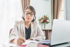 Adolescente que trabaja en el ordenador portátil en Ministerio del Interior Foto de archivo libre de regalías