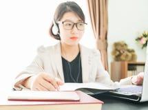 Adolescente que trabaja en el ordenador portátil en Ministerio del Interior Imágenes de archivo libres de regalías