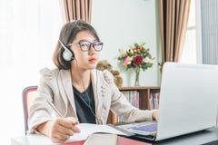Adolescente que trabaja en el ordenador portátil en Ministerio del Interior Imagenes de archivo