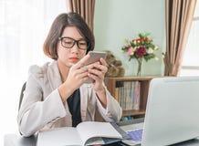 Adolescente que trabaja en el ordenador portátil en Ministerio del Interior Fotografía de archivo