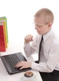 Adolescente que trabaja en la computadora portátil Fotografía de archivo