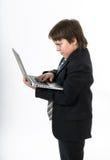 Adolescente que trabaja en la computadora portátil blanca Foto de archivo