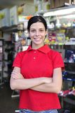 Adolescente que trabaja en un departamento del papel Fotos de archivo libres de regalías