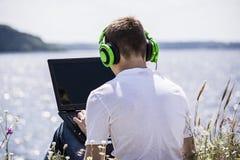 Adolescente que trabaja para un ordenador portátil Foto de archivo