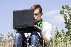 Adolescente que trabaja para un ordenador portátil Fotografía de archivo libre de regalías