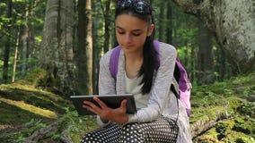 Adolescente que trabalha no PC digital da tabuleta vídeos de arquivo