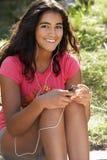 Adolescente que usa al jugador mp3 Foto de archivo