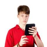 Adolescente que usa al programa de lectura del ebook Fotografía de archivo