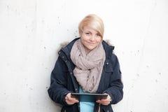 Adolescente que usa el dispositivo de la tableta Imagen de archivo libre de regalías