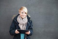 Adolescente que usa el dispositivo de la tableta Fotografía de archivo libre de regalías