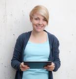 Adolescente que usa el dispositivo de la tableta Foto de archivo libre de regalías