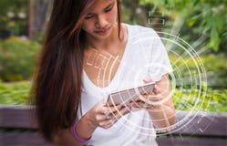 Adolescente que usa el dispositivo de la tableta de la tecnología en la área remota del país Imagen de archivo