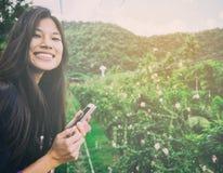 Adolescente que usa el dispositivo de la tecnología en la área remota del país Fotografía de archivo libre de regalías