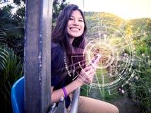Adolescente que usa el dispositivo de la tecnología en la área remota del país Fotografía de archivo