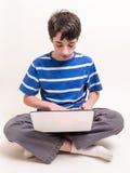 Adolescente que usa el ordenador Imagenes de archivo