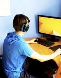 Adolescente que usa el ordenador Fotos de archivo