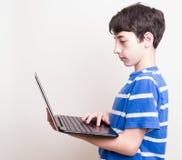 Adolescente que usa el ordenador, comprobando su social Imágenes de archivo libres de regalías