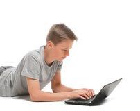 Adolescente que usa el ordenador portátil Imagen de archivo
