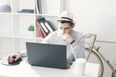 Adolescente que usa el ordenador portátil Fotografía de archivo