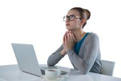 Adolescente que usa el ordenador portátil contra el fondo blanco Imagen de archivo libre de regalías