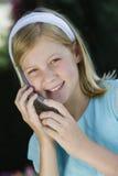 Adolescente que usa el teléfono celular Foto de archivo