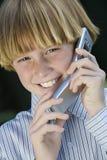 Adolescente que usa el teléfono celular Imagenes de archivo
