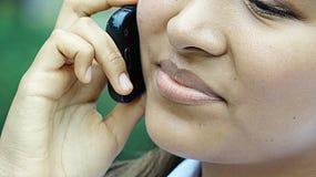 Adolescente que usa el teléfono celular Imagen de archivo libre de regalías