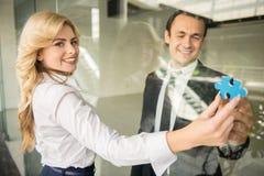 Adolescente que usa el teléfono celular al aire libre Fotografía de archivo