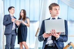 Adolescente que usa el teléfono celular al aire libre Hombre de negocios joven y acertado Foto de archivo